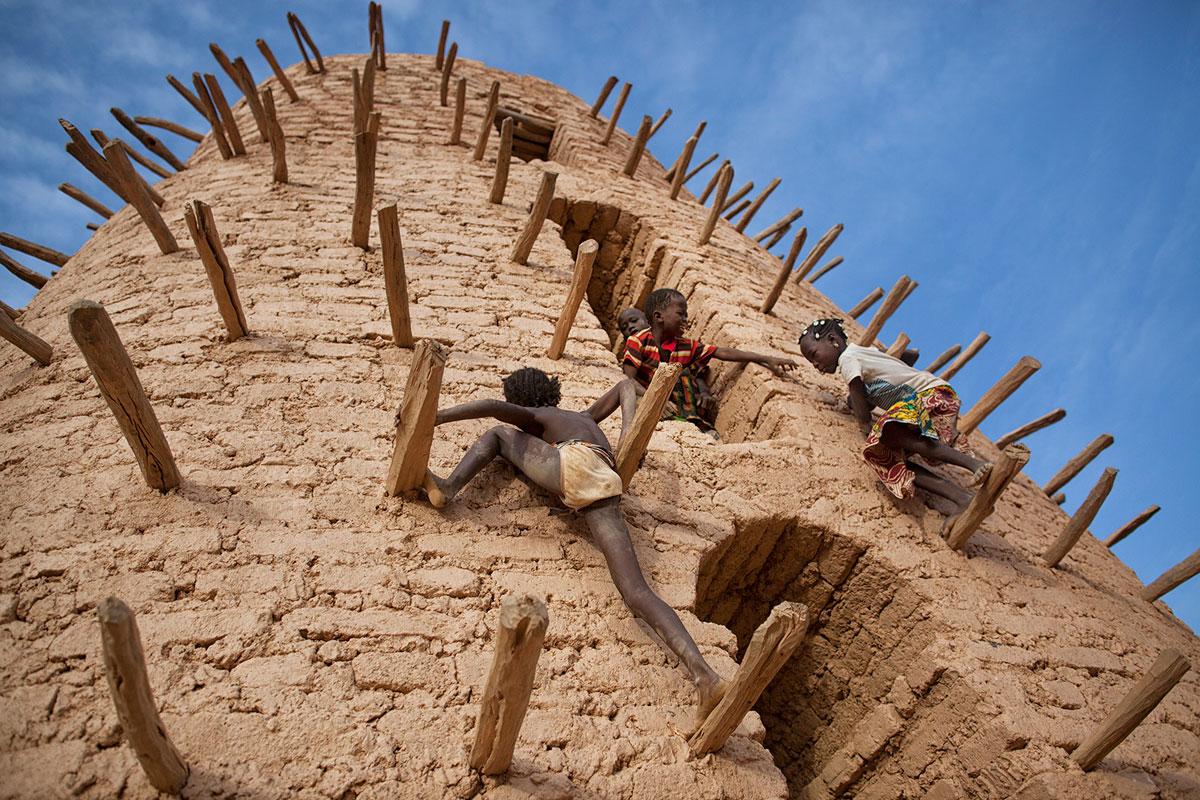 smithsonian-photo-contest-kids-climbing-minaret