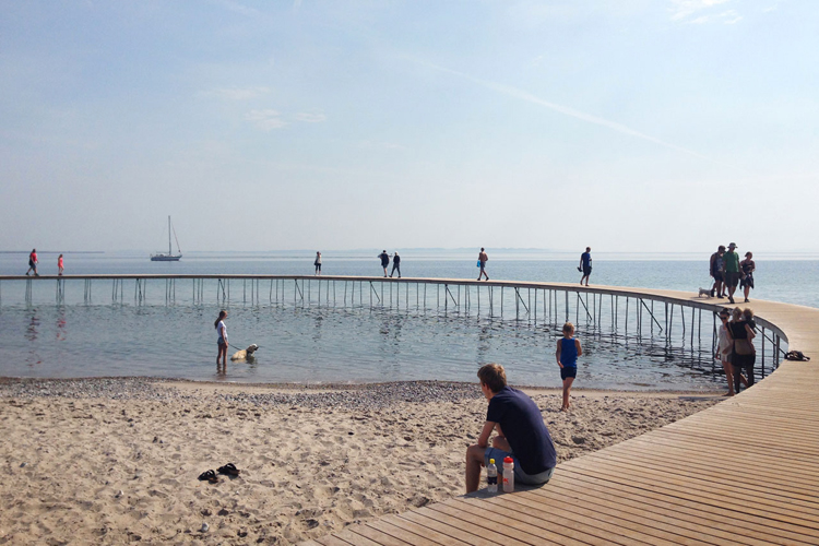 gjode-povlsgaard-arkitekter-installs-the-infinite-bridge-on-danish-coast-6